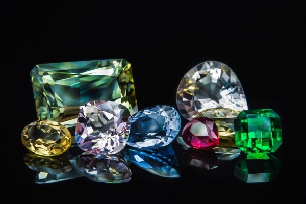 From left to right: Heliodore, green beryl, morganite, aquamarine, bixbite, goshenite, and emerald
